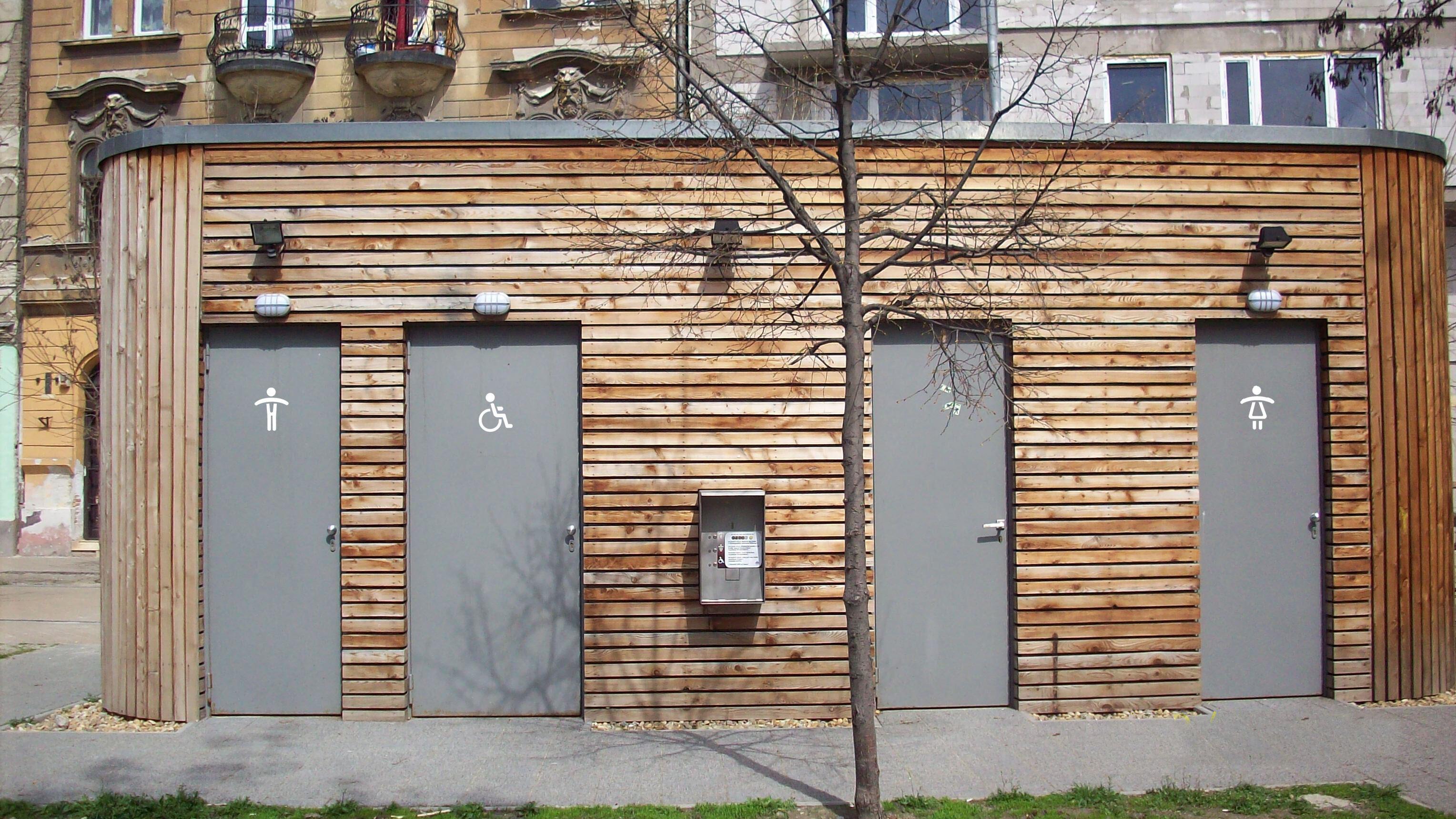 Épített nyilvános WC